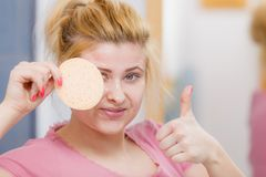 Kobieta ma obmycia gel na twarzy mienia gąbce zdjęcia stock