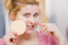 Kobieta ma obmycia gel na twarzy mienia gąbce obraz stock