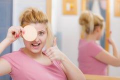 Kobieta ma obmycia gel na twarzy mienia gąbce obraz royalty free