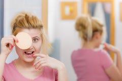 Kobieta ma obmycia gel na twarzy mienia gąbce fotografia stock