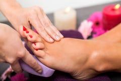 Kobieta ma pedicure'u traktowanie przy zdrojem zdjęcie royalty free