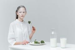 Kobieta ma posiłek przy stołem Fotografia Stock