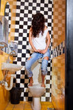 Kobieta ma problem z toaletowym siedzeniem Fotografia Stock