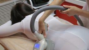 Kobieta ma procedurę anty celulitisu lpg masaż, kosmetologii klinika zbiory