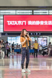 Kobieta ma rozmowę telefonicza przy stacją kolejową, Pekin, Chiny Zdjęcie Royalty Free