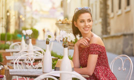 Kobieta ma włoską kawę przy kawiarnią na ulicie w Toscana Obraz Stock