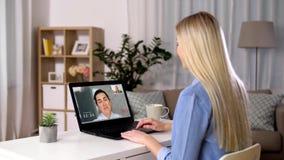 Kobieta ma wideo wzywa laptop w domu zbiory