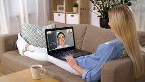 Kobieta ma wideo wzywa laptop w domu zdjęcie wideo