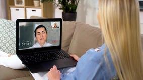 Kobieta ma wideo wzywa laptop w domu zbiory wideo