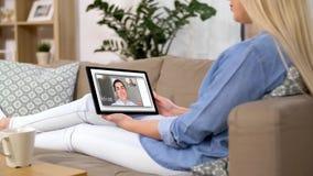Kobieta ma wideo wzywa pastylka komputer w domu zbiory wideo