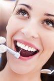 Kobieta ma zęby egzamininujących przy dentystami obraz royalty free