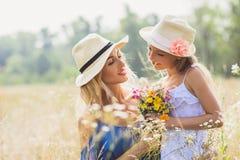 Kobieta ma zabawę z jej dzieckiem na łące Fotografia Royalty Free