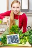 Kobieta ma zielonych diet warzywa, detox znak Obrazy Stock