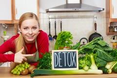 Kobieta ma zielonych diet warzywa, detox znak Obrazy Royalty Free
