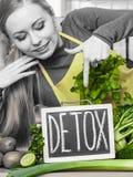 Kobieta ma zielonych diet warzywa, detox znak Fotografia Stock