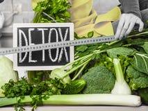 Kobieta ma zielonych diet warzywa, detox znak Zdjęcia Stock