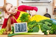 Kobieta ma zielonych diet warzywa, detox znak Zdjęcia Royalty Free