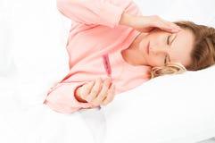 Kobieta ma zimno, grypa Bolesny gardło i kasłać zdjęcie royalty free