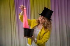 Kobieta magika przedstawień sztuczki zdjęcia stock