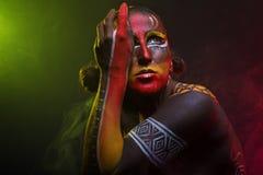 Kobieta malująca z etnicznymi wzorami fotografia stock