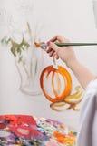 Kobieta malujący wciąż życie obrazy royalty free