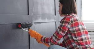 Kobieta maluje drewnianą ścianę zdjęcie wideo