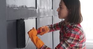 Kobieta maluje drewnianą ściany ramę zbiory wideo