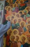 Kobieta maluje o świętego ścianę Zdjęcia Royalty Free