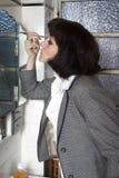 Kobieta maluje ona oczy Zdjęcie Stock