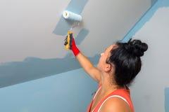 Kobieta maluje pokój obrazy stock