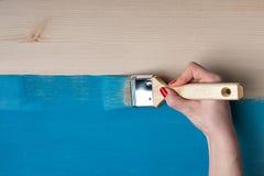 Kobieta maluje stół Obrazy Royalty Free