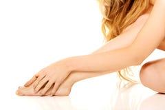 Kobieta masuje jej stopę Obraz Royalty Free
