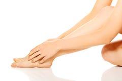 Kobieta masuje jej stopę Fotografia Stock