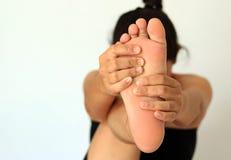 Kobieta masuje jej stopę Fotografia Royalty Free