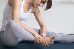 Kobieta masuje jej stopę podczas sport praktyki Fotografia Stock