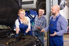Kobieta mechanik naprawia samochód Obraz Royalty Free