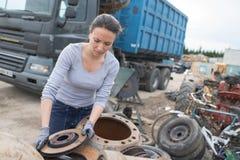Kobieta mechanika zrywania axle w samochodu świstka jardzie fotografia royalty free