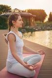 Kobieta medytuje blisko jeziora Obraz Royalty Free