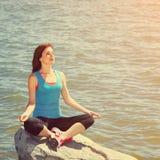 Kobieta medytuje na dennym brzeg Zdjęcie Royalty Free