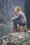 Kobieta medytuje na jeziornym brzeg Obraz Royalty Free