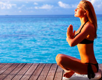 Kobieta medytuje na plaży Fotografia Royalty Free