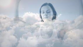 Kobieta medytuje o niebie zdjęcie wideo