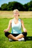 Kobieta medytuje outdoors na słonecznym dniu Obrazy Stock