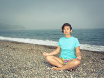Kobieta medytuje przy nadmorski zdjęcia royalty free