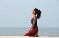 Kobieta medytuje przy plażą Zdjęcie Royalty Free
