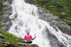 Kobieta medytuje relaksować samotnie przeciw siklawie Balea Zdjęcie Stock