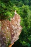 Kobieta medytuje w lotosie pozuje, robić joga na górze moun Zdjęcie Stock