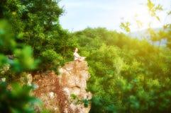 Kobieta medytuje w lotosie pozuje, robić joga na górze moun Obrazy Stock