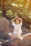 Kobieta medytuje w pozie lotos w lesie zdjęcie royalty free