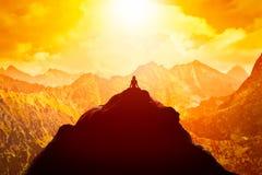 Kobieta medytuje w siedzącej joga pozyci na wierzchołku gór above chmury przy zmierzchem ilustracji